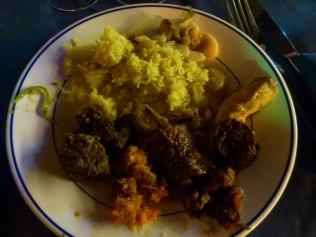 Assiette variée : poulet, zourite, poisson, canard, rougail, piments, achards, civet cerf ... avec riz et grains - gros haricots