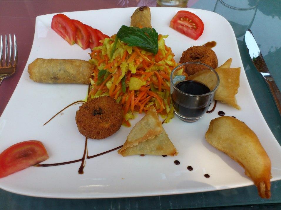 Assiette creole : samousa, beignet crevette, bonbon piment , avec achard au centre