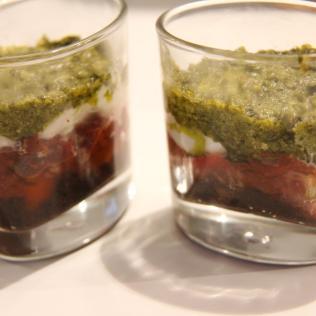 Verrines à l'italienne : tapenade, tomates fraîches et séchées, mozza et pistou...