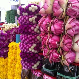 Offrandes de fleurs pour le nouvel an thai.. Leurs effluves se mêlent à l'encens