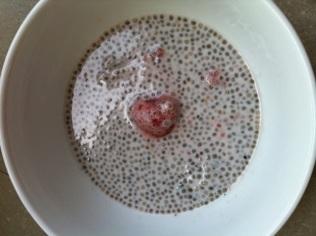 Graines de chia, lait de coco et framboises http://wp.me/p389oa-h3