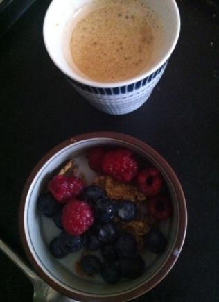 DIMANCHE : EN VRAC ET AU LIT: framboises, myrtilles, céréales complètes, du lait, un café .. et hop, plateau au lit