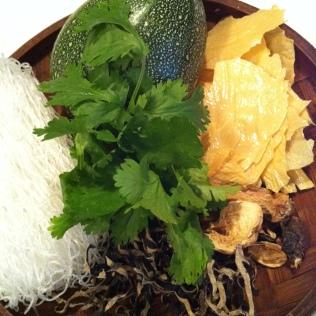 vermicelles transparentes, courgette, feuille de tofu séché, champignons de paille et champignons noir