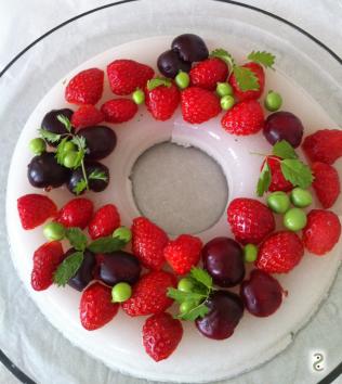 Reine des prés. Couronne fraises pois et pimprenelle http://wp.me/p389oa-mV