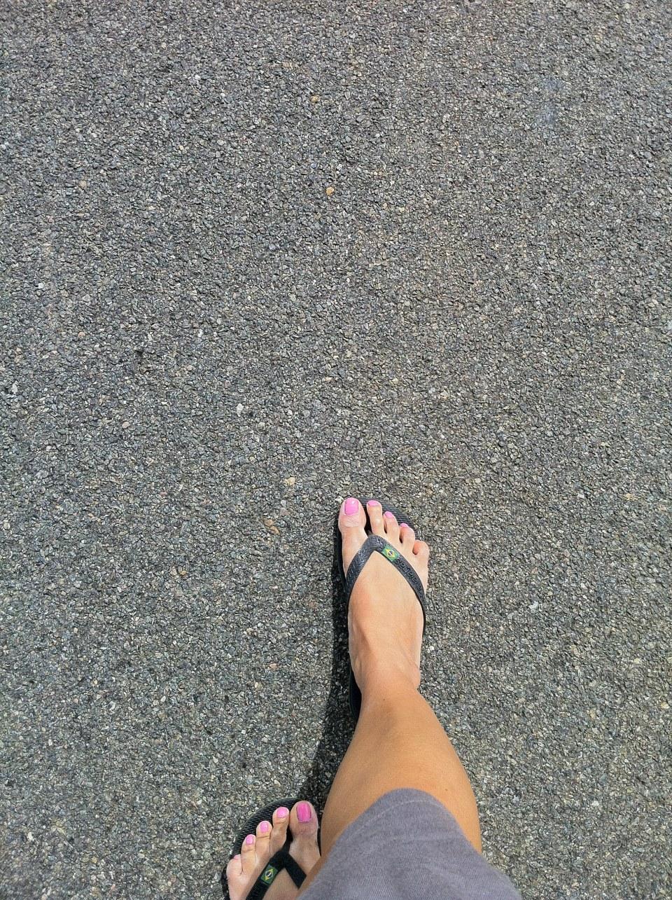 pourquoi tu montres tes pieds? tu les trouves beaux? .. parce que j'ai envie et que c'est mes vacances..