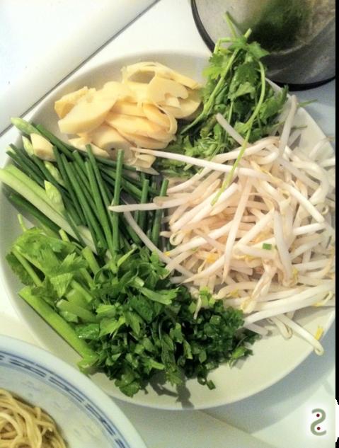 bambou, coriandre, soja, céleri chinois et fleurs d'ail