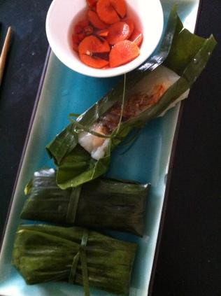 Banh Bot Loc à servir avec de la sauce nuoc mam préparée et des do chua (pickles) http://wp.me/p389oa-Oh