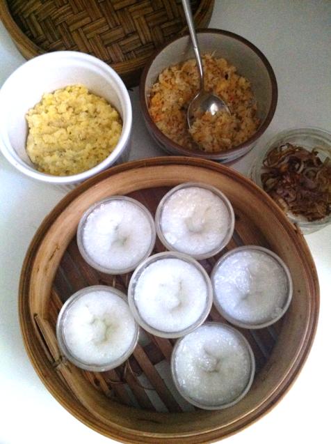 Garnir avec la pate de haricots mungo, les crevettes, les échalotes frites et l'huile de ciboule
