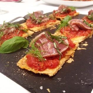 Tarte fine à la tomate, thon tataki au sésame http://wp.me/p389oa-1jK